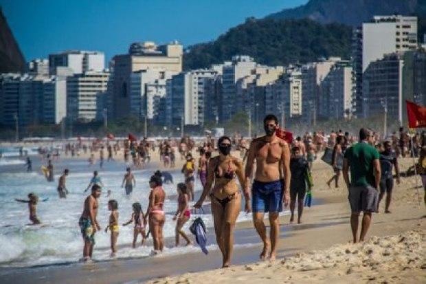 18/09/2020 Una pareja camina por las playa de Leme, en el sur de Río de Janeiro. POLITICA LATINOAMÉRICA INTERNACIONAL ELLAN LUSTOSA / ZUMA PRESS / CONTACTOPHOTO