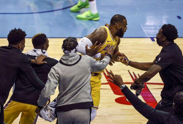 LeBron festejó con sus compañeros tras anotar el triple sin mirar (USA TODAY Sports)