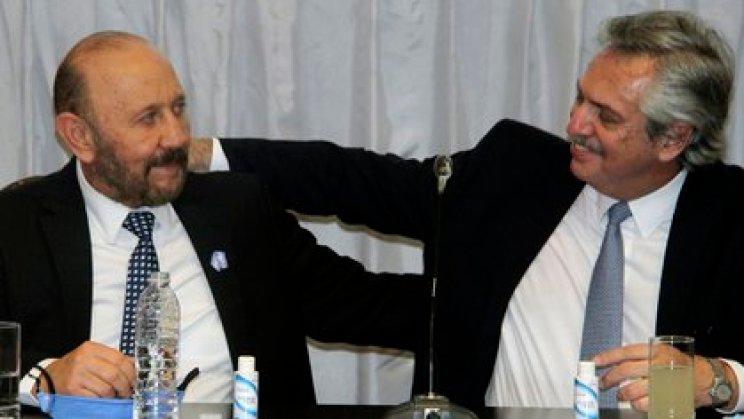 Alberto Fernández, junto a Insfrán, en el acto donde anunció un convenio para el otorgamiento de fondos para la ejecución de obras públicas en la provincia. (Tito Gandolfi/Télam)