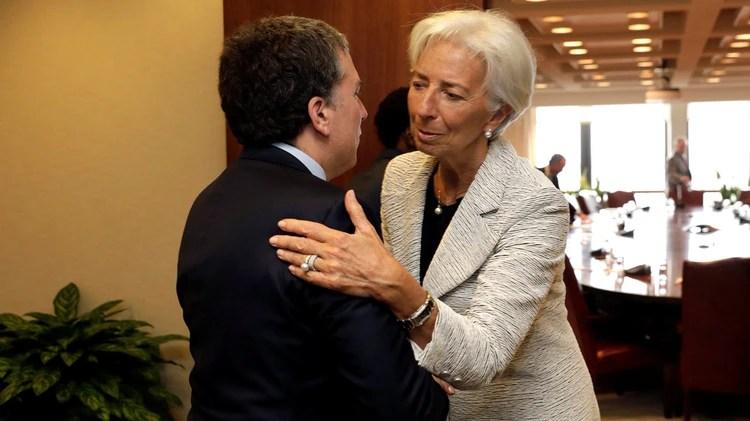 Dujovne y Lagarde se saludan en Washington (Reuters)