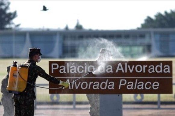 Miembros de las fuerzas armadas desinfectan la entrada del Palacio Alvorada, en medio del brote de la enfermedad coronavirus (COVID-19), en Brasilia, Brasil. 9 de julio de 2020. REUTERS/Ueslei Marcelino