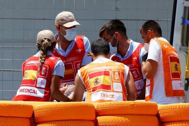 El piloto español de Repsol Honda Marc Márquez es conducido a una ambulancia tras caerse durante la carrera de MotoGP en el Gran Premio de España en el circuito de Jerez, España (REUTERS/Marcelo Del Pozo)