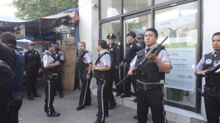 El concepto de guardia implica seguridad en restaurantes, edificios públicos, traslado de valores y custodia de personas (Foto: Cuartoscuro)