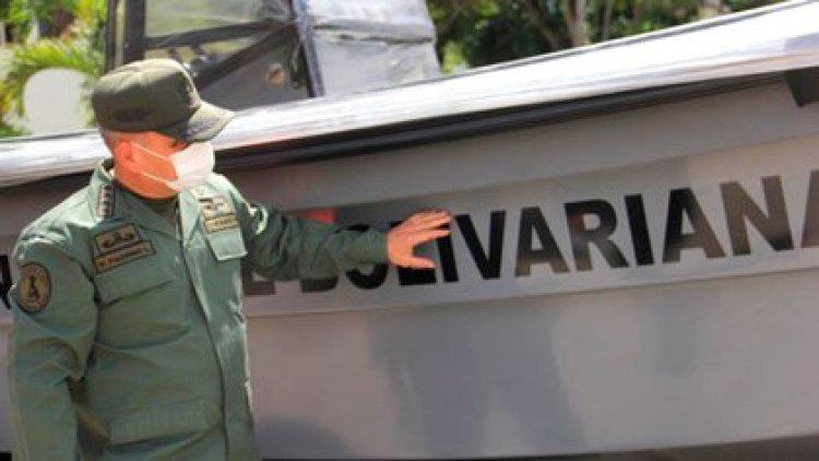 El Ministro de la Defensa observa una  lancha de interdicción marítima, fluvial y lacustre, construida por la  GNB