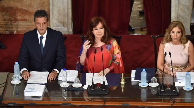 La vicepresidenta Cristina Fernández de Kirchner flanqueada por el titular de la Cámara de Diputados, Sergio Massa, y la diputada Claudia Ledesma Abdala de Zamora  (Franco Fafasuli)