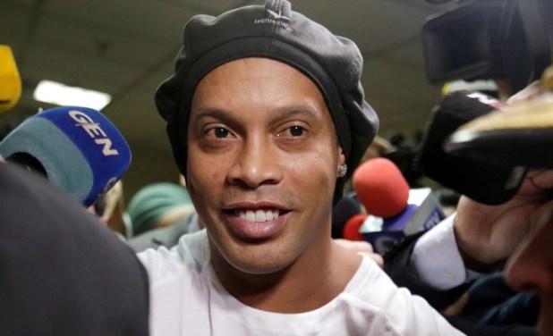 Foto de archivo de Ronaldinho abandonando la Corte Suprema de Paraguay, en Asunción, tras testificar.  Mar 6, 2020. REUTERS/Jorge Adorno