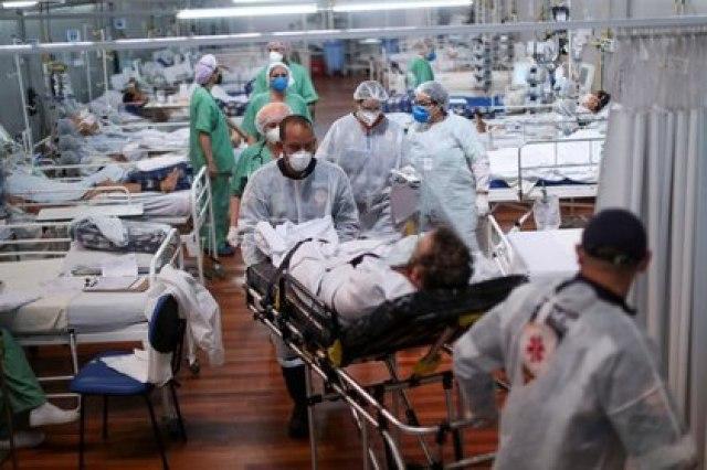 Paciente con COVID-19 es trasladado en un hospital de campaña en Santo André, San Pablo (REUTERS/Amanda Perobelli)
