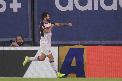 Nicolás Orsini celebra uno de sus dos goles en el primer tiempo para Lanús contra Boca