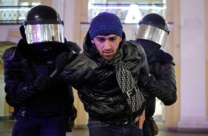 Un manifestante es detenido por la policía en San Petersburgo (REUTERS/Anton Vaganov)