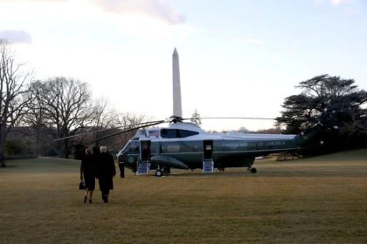 Trump y la primera dama abordan el helicóptero y dejan la Casa Blanca (Reuters)
