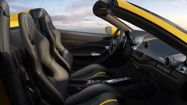 El interior de la F8 Spider, una invitación para disfrutar de la velocidad al aire libre