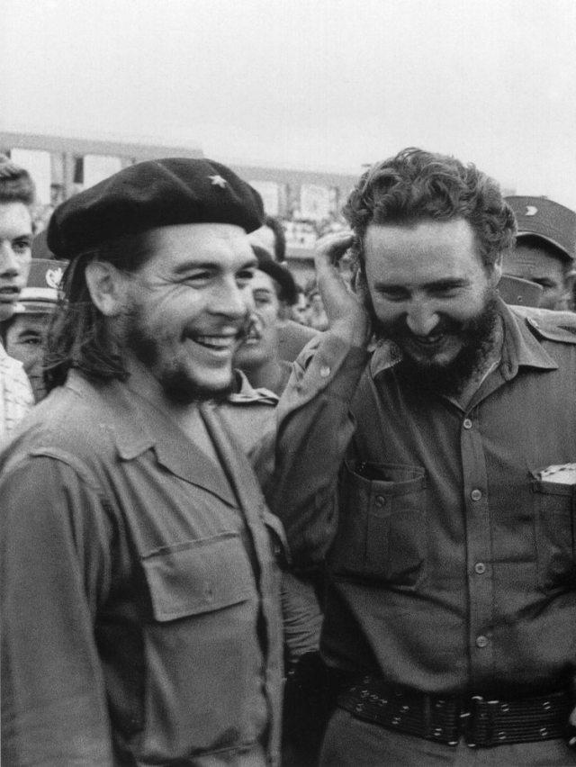 Fidel Castro junto al Che Guevara, en enero de 1960 (AFP)
