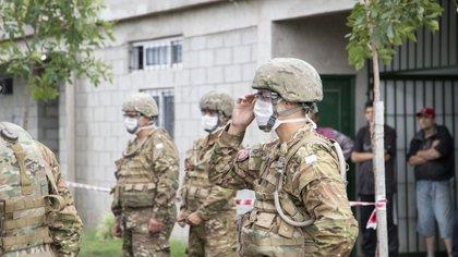 Durante el ASPO, el personal del Ejército Argentino repartió comida en los barrio mas humildes