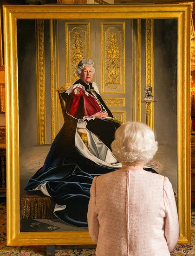 La reina Isabel II mirando su retrato oficial número 150. Es la monarca con el reinado más largo de Inglaterra
