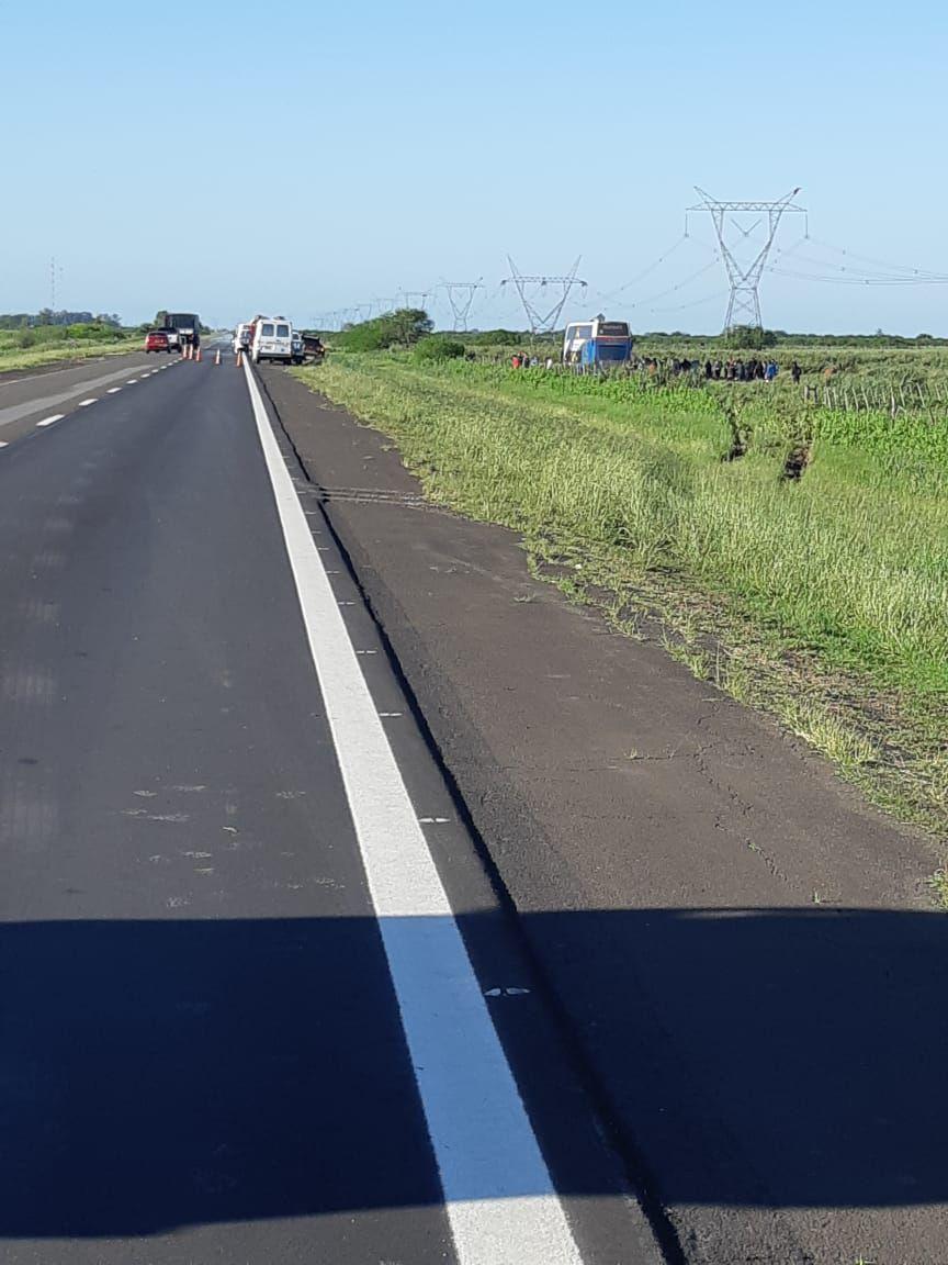 El colectivo de larga distancia se despistó hacia la derecha de la banquina. Allí quedó detenido el vehículo en el que murieron cuatro personas