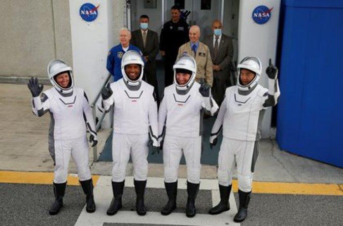 Los miembros de la tripulación del cohete SpaceX Falcon 9, el comandante Mike Hopkins, Victor Glover, Shannon Walker y el astronauta japonés Soichi Noguchi (REUTERS/Joe Skipper)