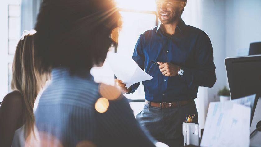 Lo que la sapiosexualidad realmente parece enfatizar es el deseo de las personas de tener una pareja igualitaria con intereses, opiniones, autorrealización,motivaciones y un coeficiente intelectual compartido (Shutterstock)