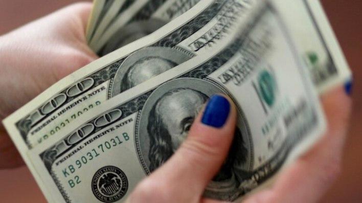 El dólar oficial podría rozar los $ 90 a fin de este año, según un relevamiento privado de bancos y consultoras