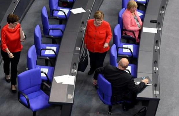 Angela Merkel y la ministra de Defensa Annegret Kramp-Karrenbauer abandonan el parlamento alemán REUTERS/Annegret Hilse