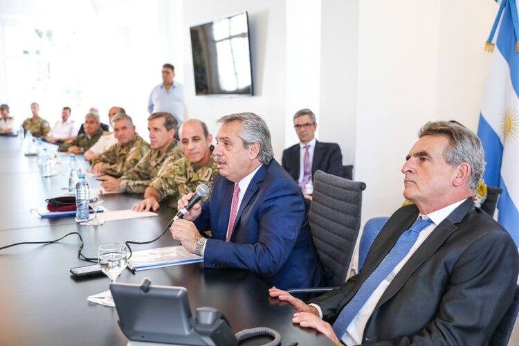 El presidente Alberto Fernández mantuvo hoy una reunión con el ministro de Defensa, Agustín Rossi y la cùpula militar