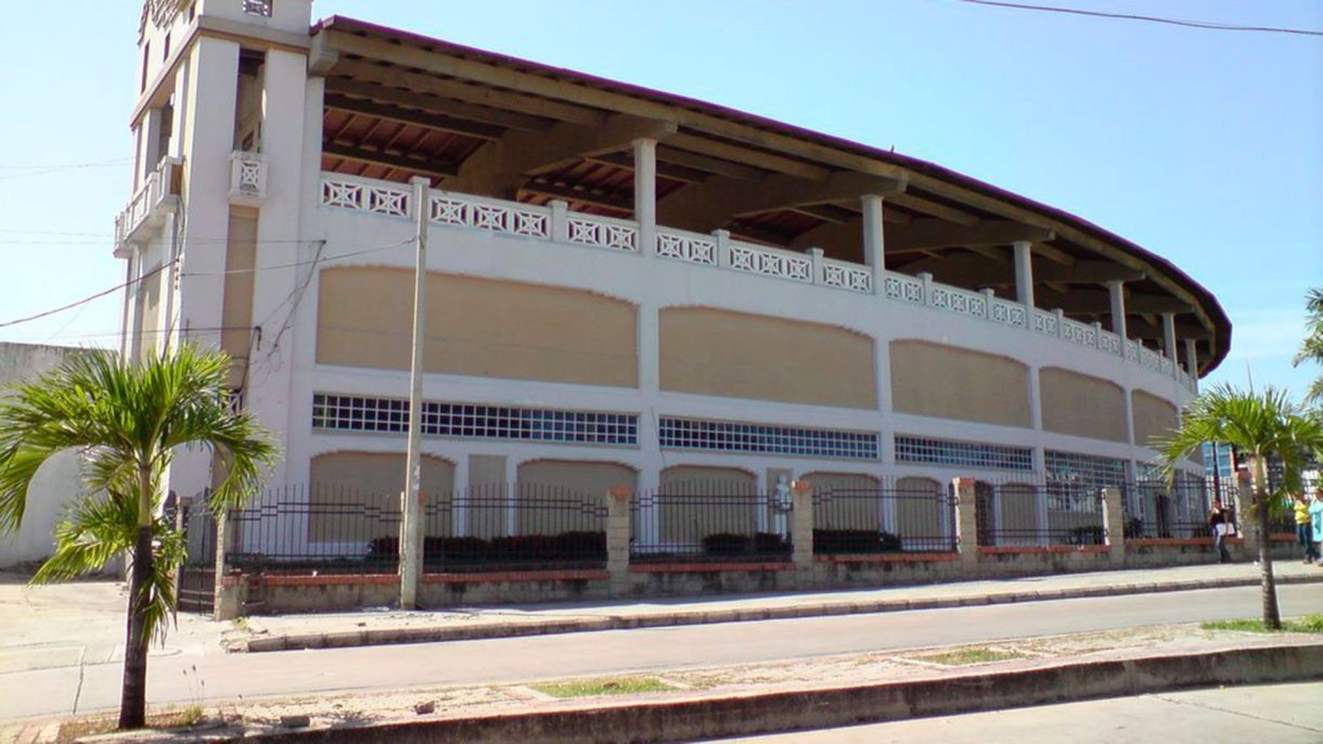 Fachada antigua del Estadio Romelio Martínez, donde iba a ser el concierto de Soda Stereo que terminó siendo en el parqueadero.