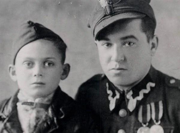 Thomas Buergenthal (izquierda), cinco meses después de su liberación