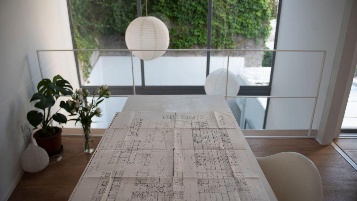 Presentando distintos grados de intimidad y estableciendo una relación específica con el exterior y el paisaje de la manzana, este proyecto arquitectónico es un ejemplo del diseño que se vendrá