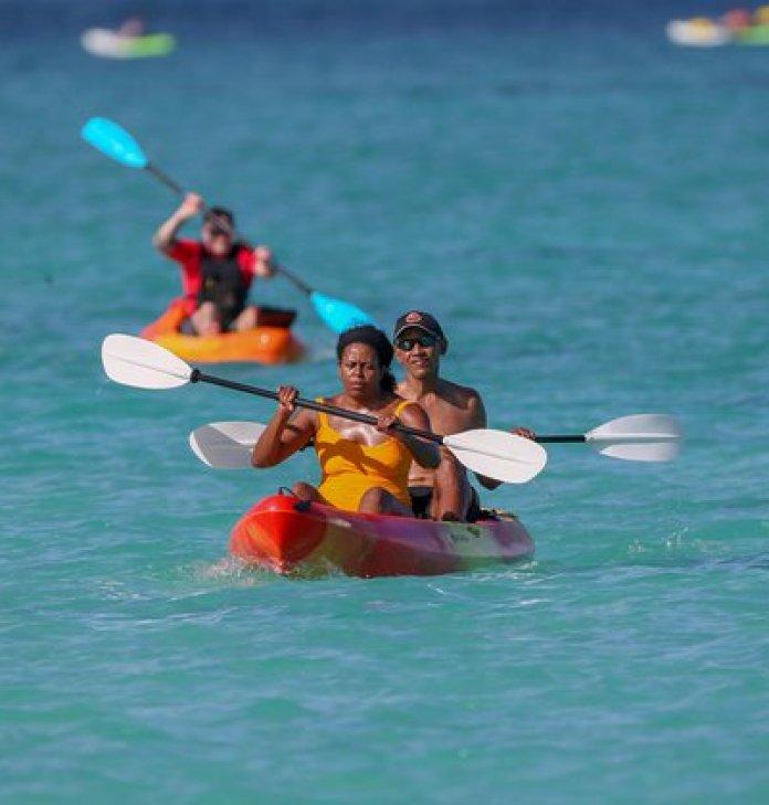 Michelle y Barack Obama remando en un kayak cerca de la isla de Oahu (Grosby)