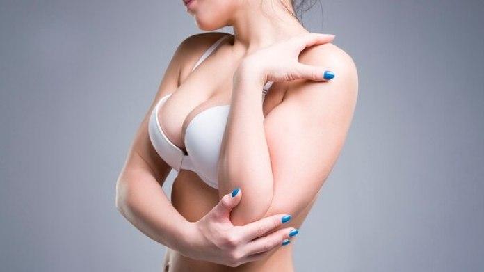 La causa de los dolores no es el mero tamaño, sino la tendencia a tirar de la espalda y hundir la zona cervical (Getty)