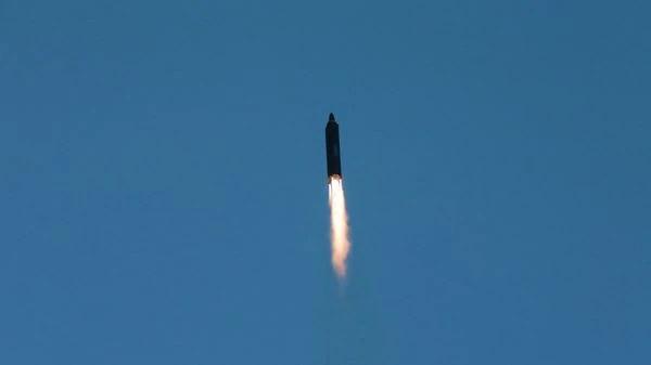 Foto del misil de largo alcance Hwasong-12, lanzado por el régimen norcoreano la semana pasada. (Archivo)