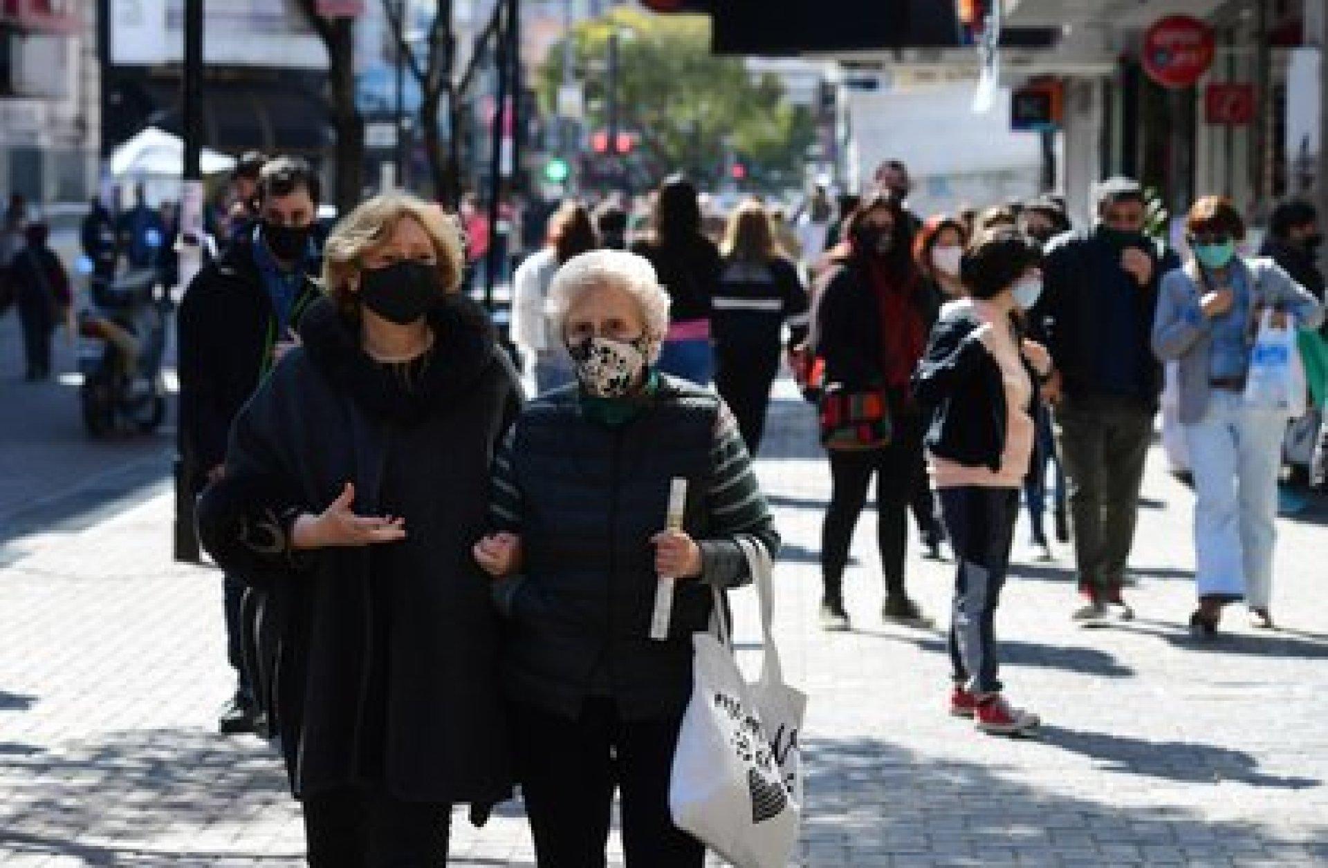 Personas de todas las edades salen a pasear durante un día soleado en Quilmes. Si bien el uso del tapabocas está generalizado, la distancia social es cosa del pasado. No se ve control policial ni de las autoridades municipales, aunque hay presencia de efectivos de la fuerza de seguridad local cada cierto número de cuadras