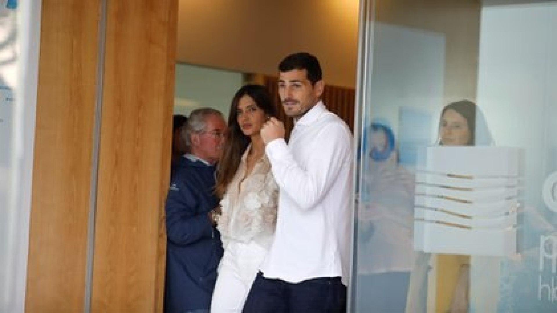 Así se les veía en mayo de 2019 cuando Iker salió del hospital en Portugal (REUTERS)