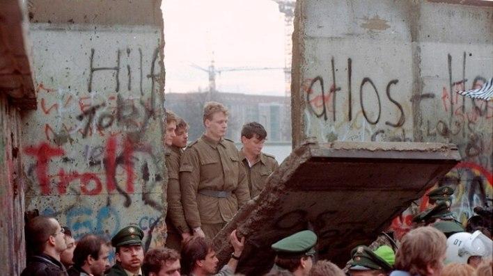 Una de las fotos históricas que tomó el fotógrafo francés Lionel Cironneau en noviembre de 1989 en Berlín, mientras se desmontaba una parte del muro en la Puerta de Brandenburgo (AP Photo/Lionel Cironneau)