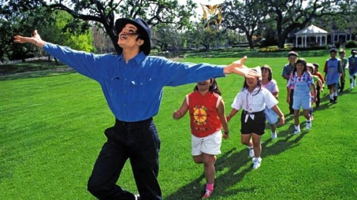Años después, Jackson fue varias veces acusado de abuso sexual de menores a los que invitaba a su mansión llamda Neverland, en Santa Bárbara