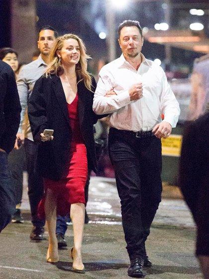 Amber Heard y Elon Musk. Los rumores aseguraban que la relación había comenzado mucho antes de que la actriz se divorciara de Johnny Depp. Como parte de su estrategia de seducción el magnate llegó a regalarle un Tesla (Splash News/The Grosby Group)