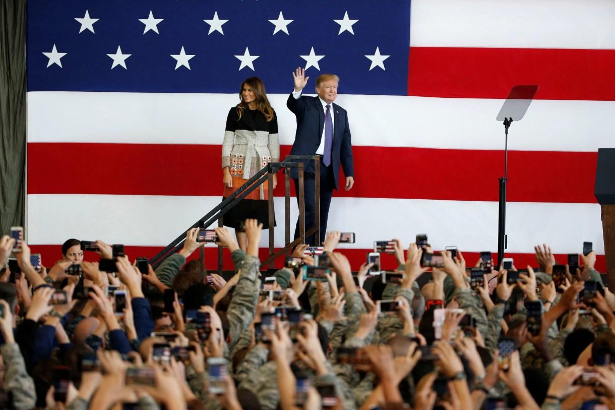 Donald Trump y su esposa, en una visita a una base militar en Japón (Reuters)