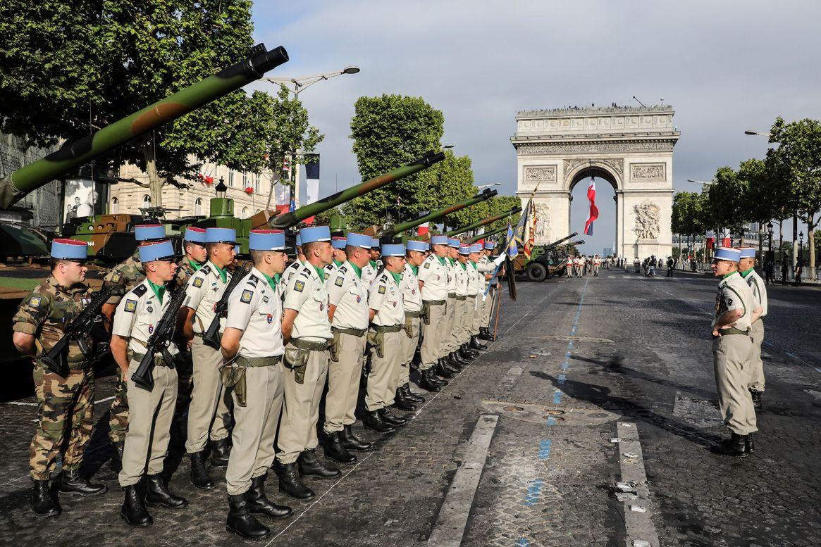 Soldados franceses junto a sus tanques Leclerc (AFP)