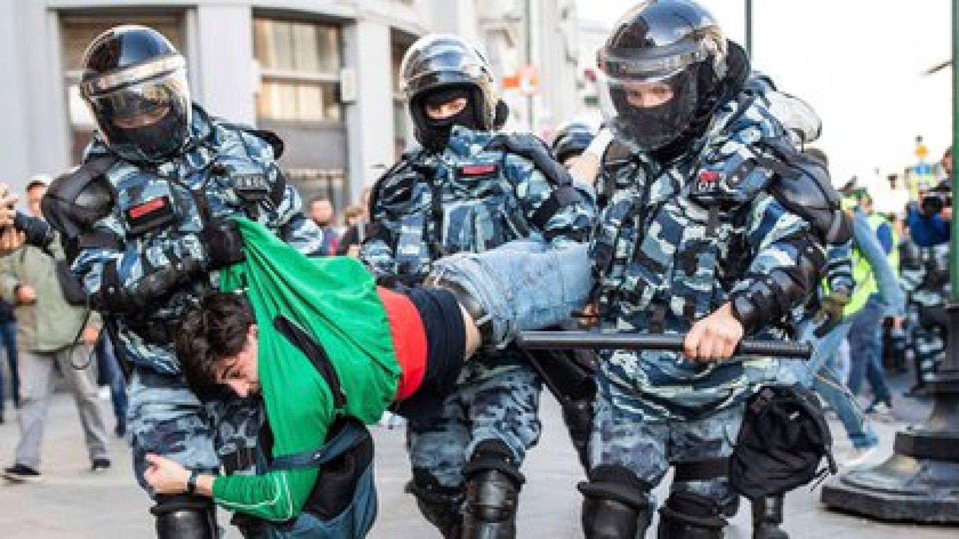 Miles de personas fueron detenidas por la policía de Vladimir Putin durante manifestaciones contra la exclusión de algunos candidatos a concejales de las próximas elecciones en Moscú, en una de las mayores protestas políticas de la capital rusa en años. Así arrestaron a un hombre el sábado 10 de agosto de 2019 (Evgeny Feldman, Meduza via AP)