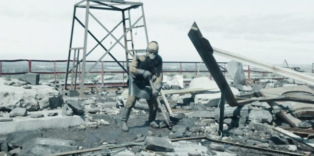 El equipo con el que descendieron era menos completo y seguro del que se muestre en Chernobyl. Tan sólo un traje de neoprene; ni siquiera tenían cubiertas sus caras (HBO)