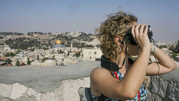 """Judy Magnusson, una turista australiana que pudo visitar el museo antes de su apertura, dijo que la experiencia con realidad virtual """"te permite vivir la historia"""" (AP)"""