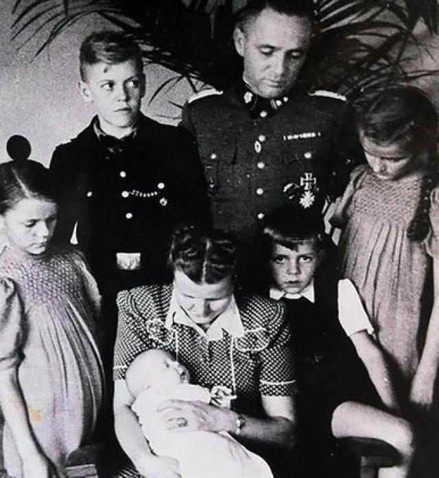 Hoss, una de las máximas autoridades de Auschwitz, con su familia