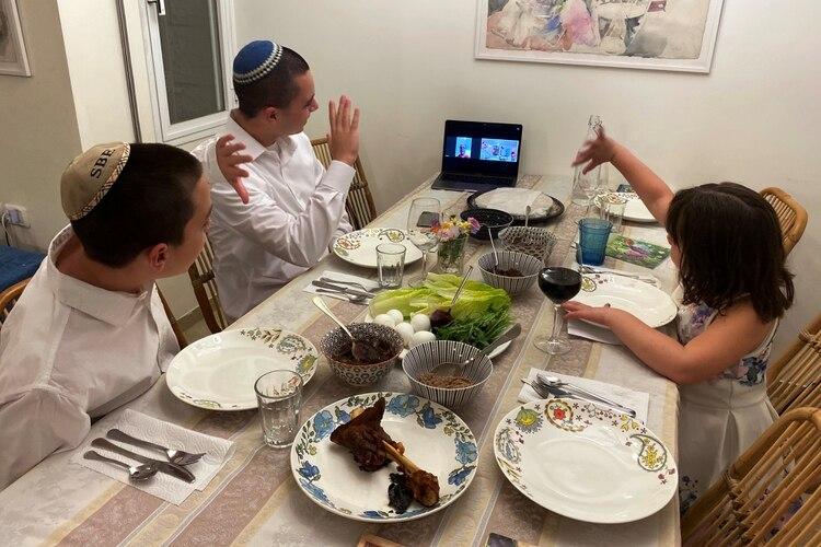 Tres hermanos en la ciudad de Mevasseret Zion, cercana a Jerusalem, saludan a su abuela en Haifa durante las pascuas judías REUTERS/Dan Williams