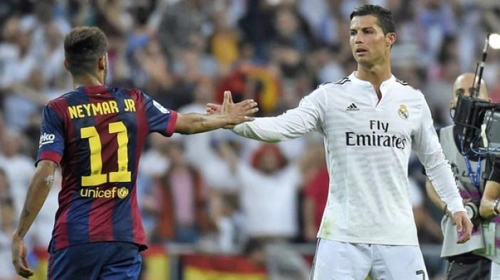 Neymar saluda a Cristiano Ronaldocuando jugaba en Barcelona, antes de un clásico con Real Madrid(AFP/Getty Images)