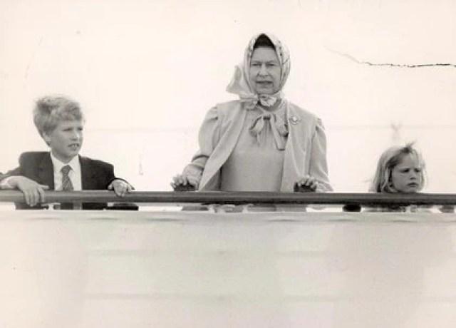 La Reina desde el yate real con sus nietos Zara y Peter Phillips