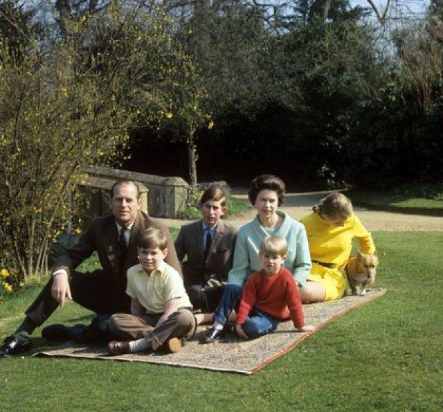 Isabel II con su familia en el Castillo de Windsor (The Grosby Group)