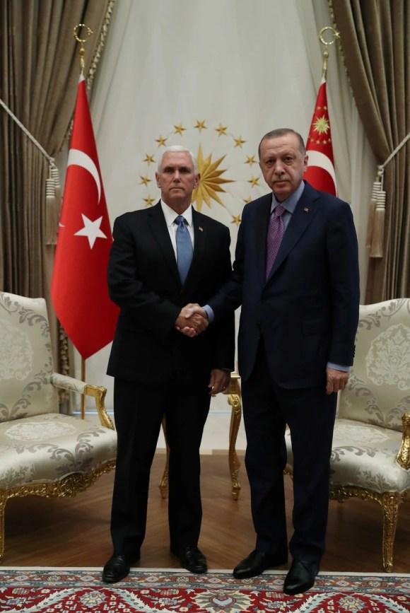 Mike Pence y Recep Tayyip Erdogan en una reunión celebrada el jueves en Ankara, Turquía (REUTERS)