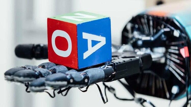 El robot Dactyl aprendió a manipular un cubo de juguete con destreza.