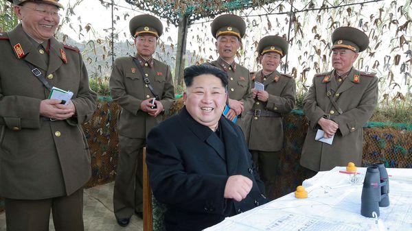 El líder norcoreano suele fotografiarse visitando a los militares cuando realizan ejercicios