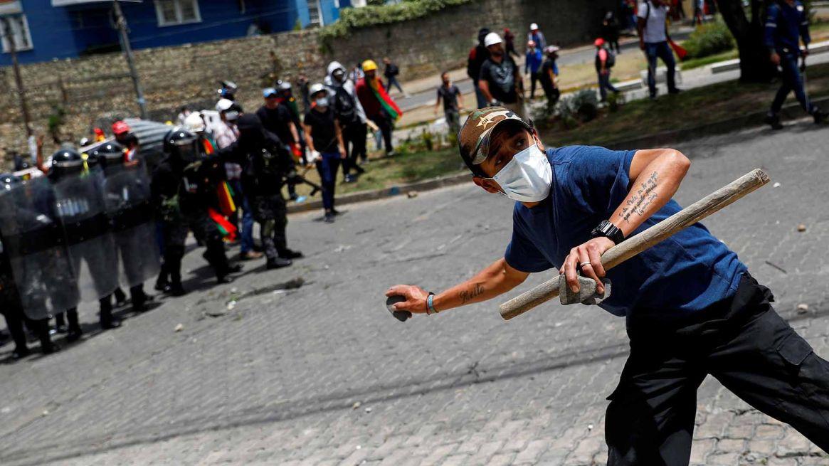 En las calles de la capital boliviana se enfrentan simpatizantes y opositores al presidente bolviano.
