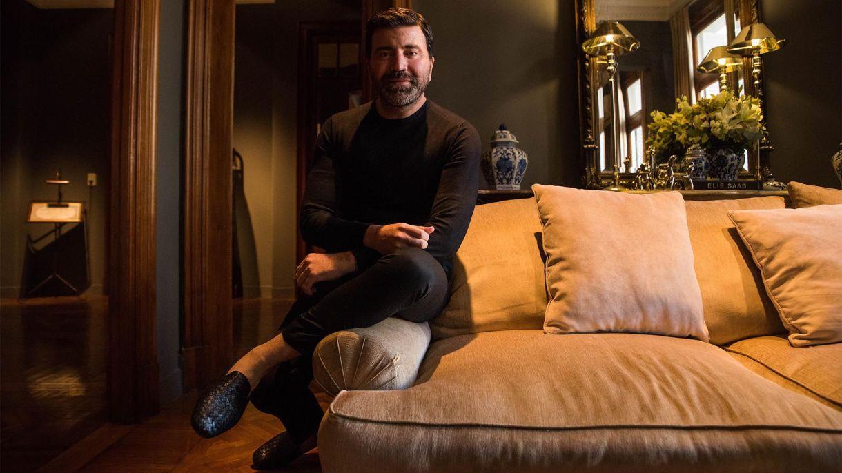Javier Saiach, el diseñador que eligen las celebridades argentinas, recibió a Infobae el día siguiente de su desfile en su atelier en Recoleta (Franco Fafasuli)